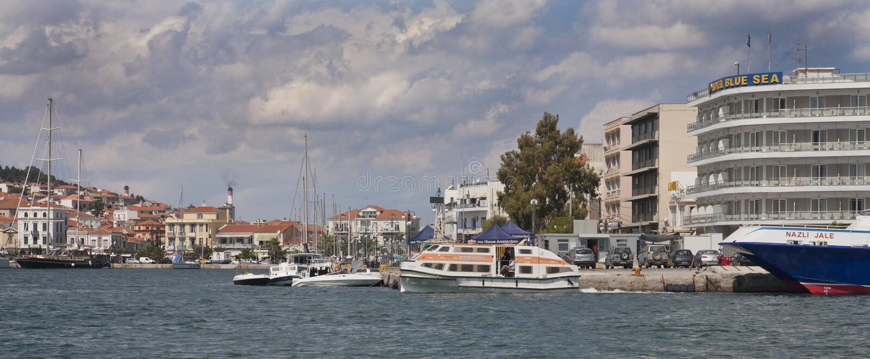 Casas e barcos no porto de Mytilene foto de stock royalty free