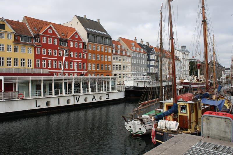 casas e canais coloridos da água foto de stock royalty free