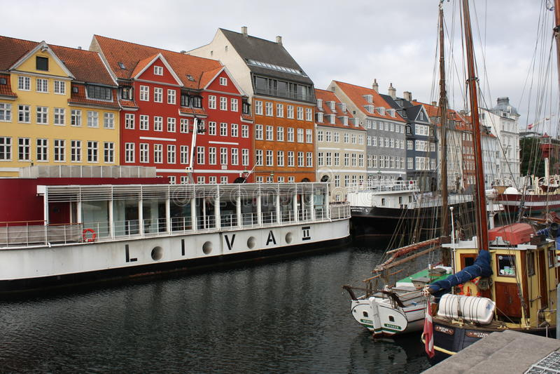 casas e canais coloridos da água imagens de stock royalty free