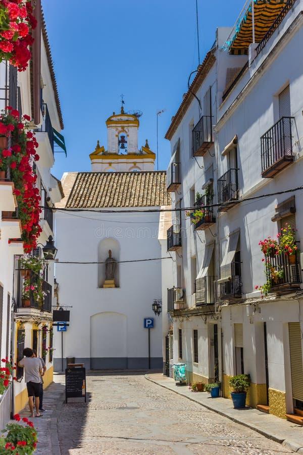 Casas e igreja brancas de San Basilio em Córdova imagem de stock royalty free