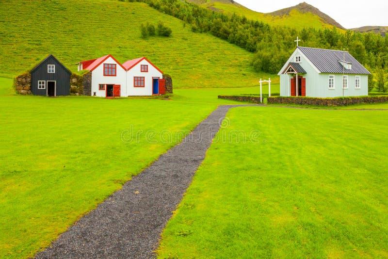 Casas e igreja skogar da opinião do ouside do museu de Islândia imagem de stock