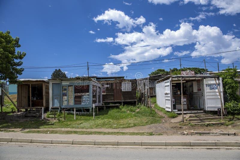 Casas e lojas em um sul - distrito africano fotografia de stock royalty free
