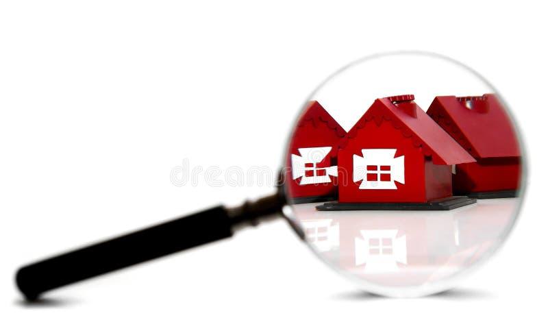 Casas e magnifier do brinquedo. Em um fundo branco. imagens de stock royalty free