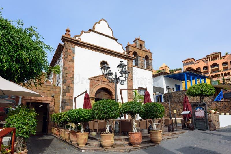 Casas e palmeiras coloridas na rua na cidade de Adejec, Tenerife, Ilhas Canárias, Espanha foto de stock