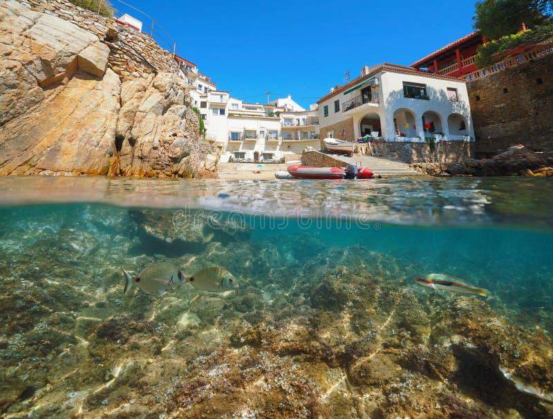 Casas e peixes de Costa Brava da Espanha debaixo d'água imagem de stock royalty free