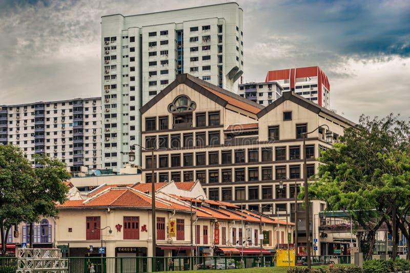 Casas e prédios de apartamentos coloniais velhos no fundo dentro imagens de stock