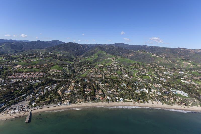 Casas e propriedades da linha costeira de Malibu aéreas fotos de stock royalty free