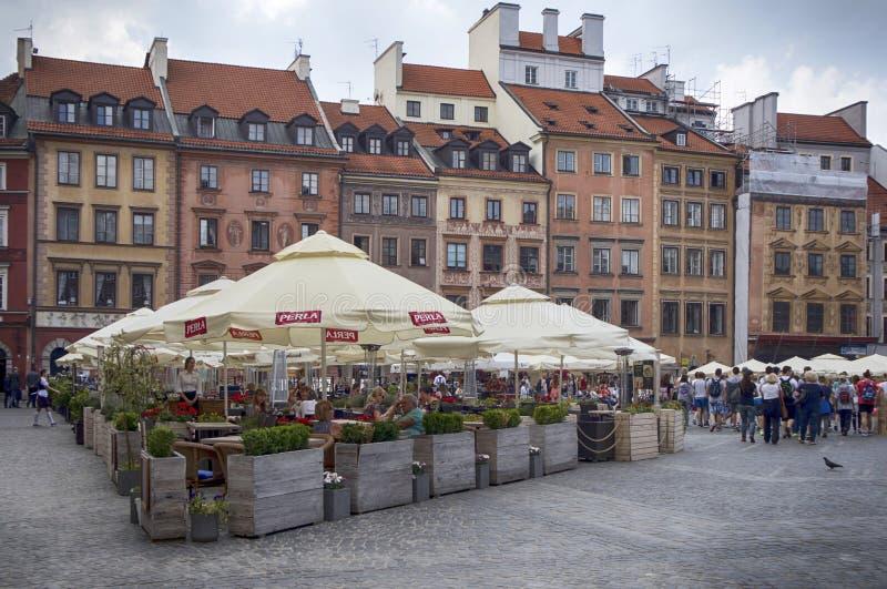 Casas e restaurantes de cortiço na cidade velha Market Place, quadrado principal da cidade velha na cidade de Varsóvia foto de stock royalty free