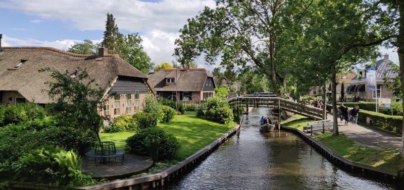 Casas e rios em Giethoorn fotos de stock