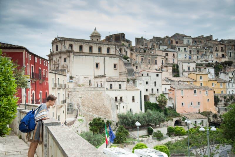 Casas e ruas coloridas na vila medieval velha Ragusa em Sicília, Itália fotografia de stock royalty free