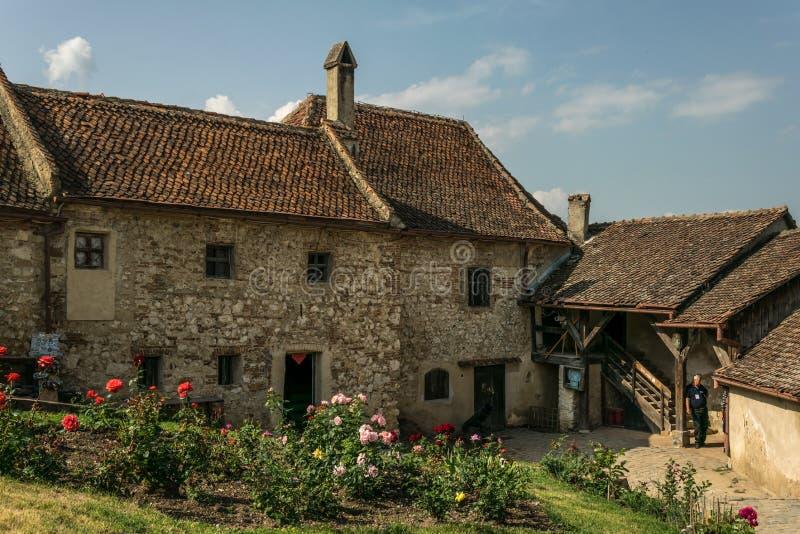 Casas e ruas velhas na fortaleza medieval Rasnov de Istria em Romênia imagem de stock