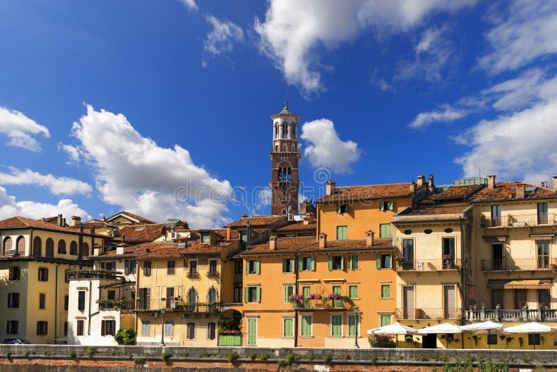 Casas e torre de Lamberti - Verona Italy imagem de stock royalty free