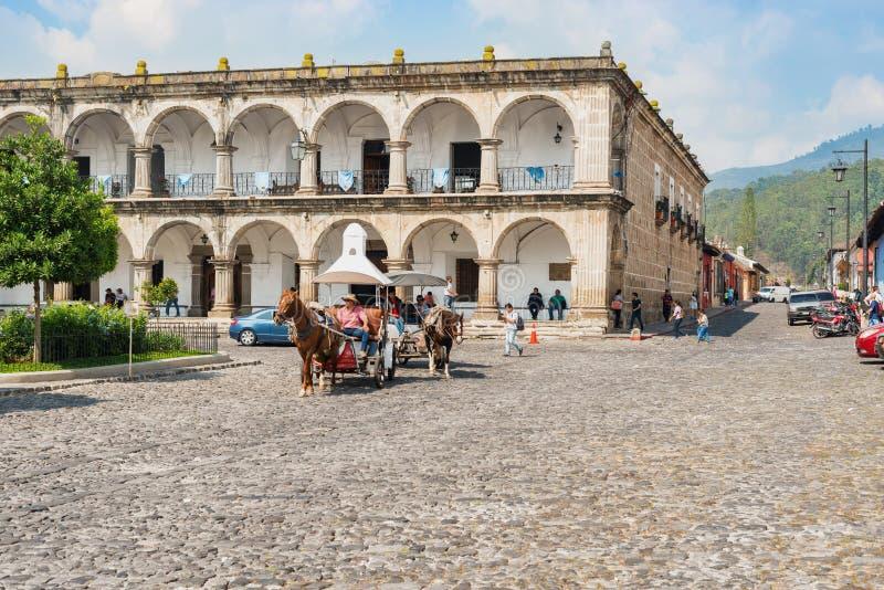 Casas e tráfego pela plaza principal em Antígua, Guatemala fotos de stock royalty free