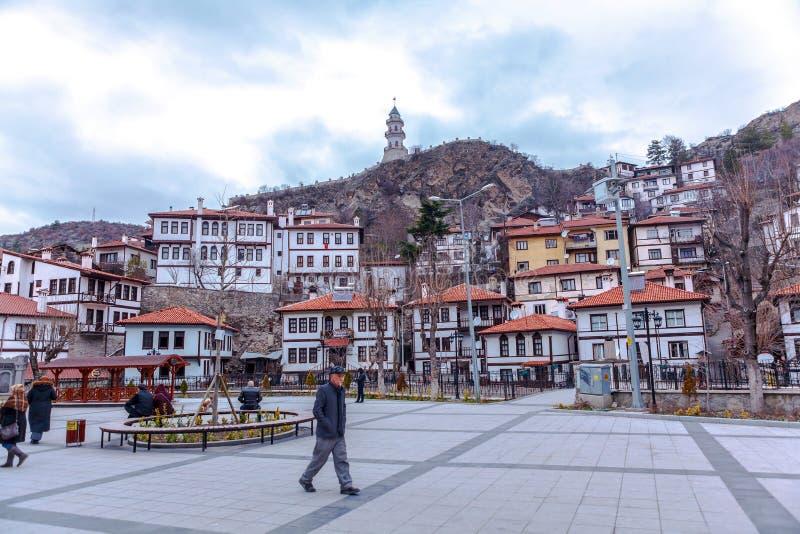 Casas e Zafer Tower tradicionais do otomano foto de stock