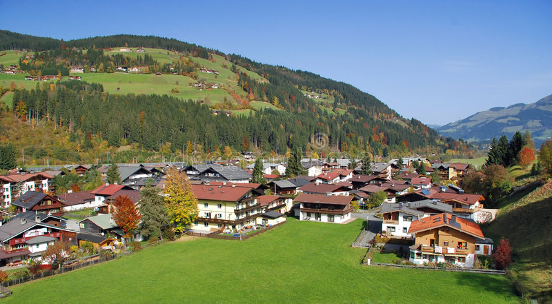 Casas em Kirchberg em Tirol - Kitzbuhel Áustria imagens de stock royalty free