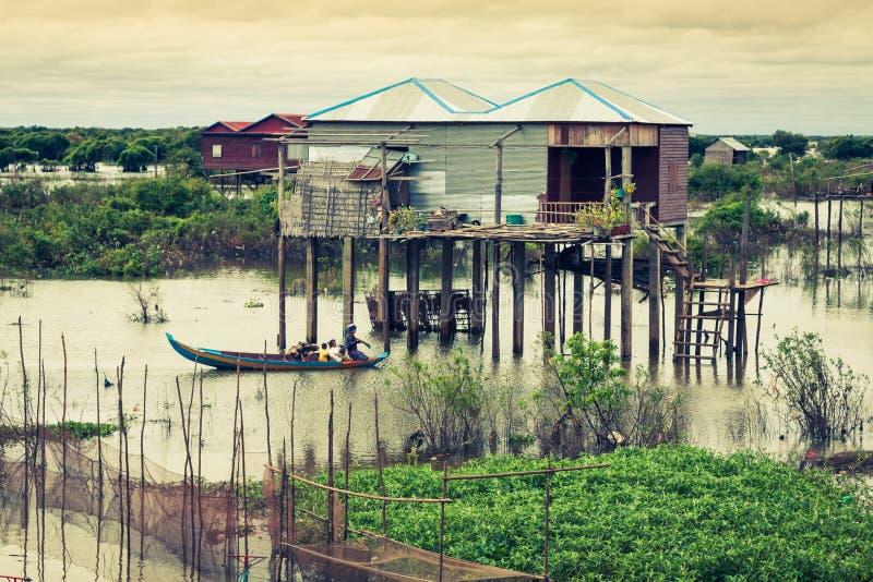 Casas em pernas de pau na vila de flutuação do Kampong Phluk, Tonle fotografia de stock royalty free