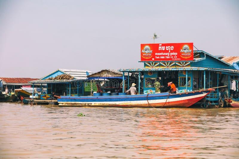 Casas em pernas de pau na vila de flutuação do Kampong Phluk, província do lago sap de Tonle, Siem Reap, Camboja imagens de stock royalty free