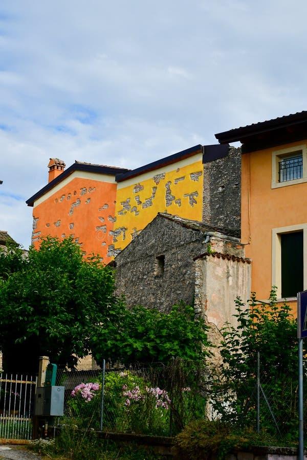 Casas em San Zeno di Montagna, Itália foto de stock