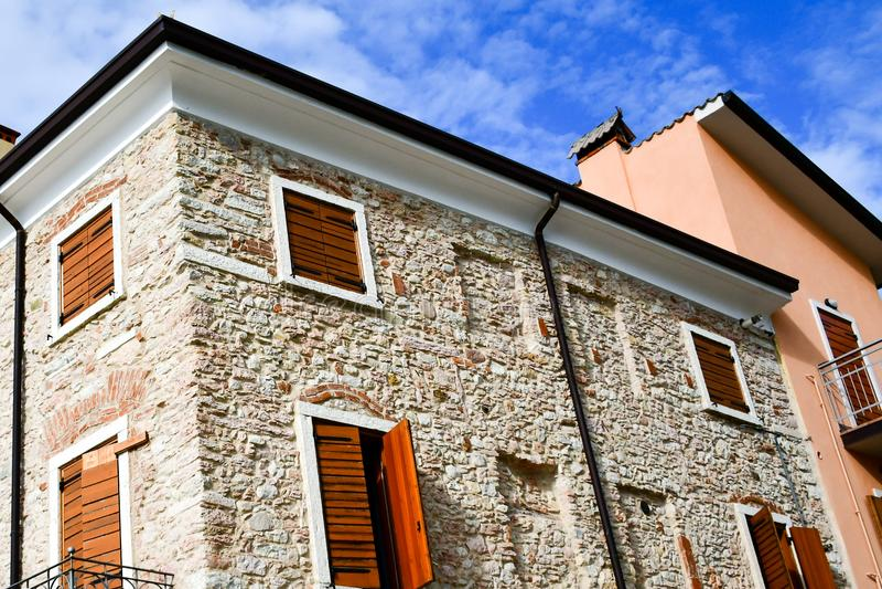 Casas em San Zeno di Montagna, Itália fotos de stock