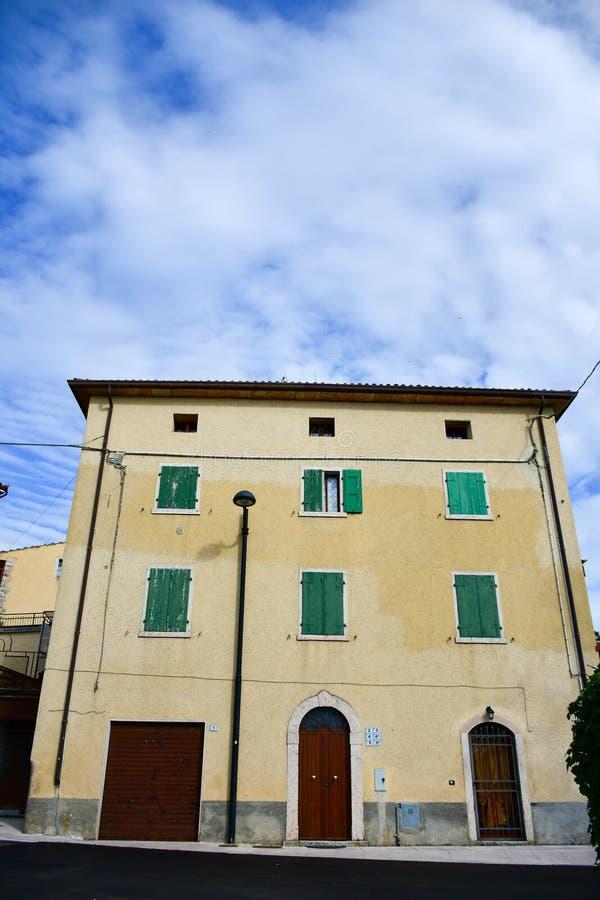 Casas em San Zeno di Montagna, Itália fotografia de stock