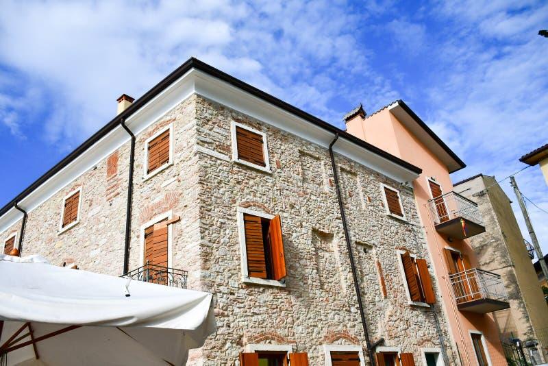 Casas em San Zeno di Montagna, Itália imagens de stock