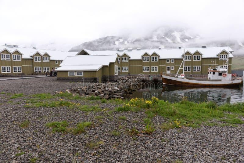 Casas em Siglufjördur, centro anterior da pesca de arenques no norte de Islândia foto de stock