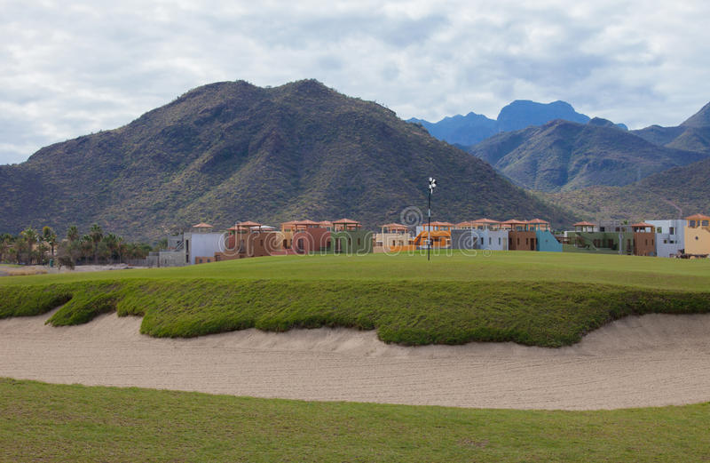 Casas em um campo de golfe fotografia de stock royalty free