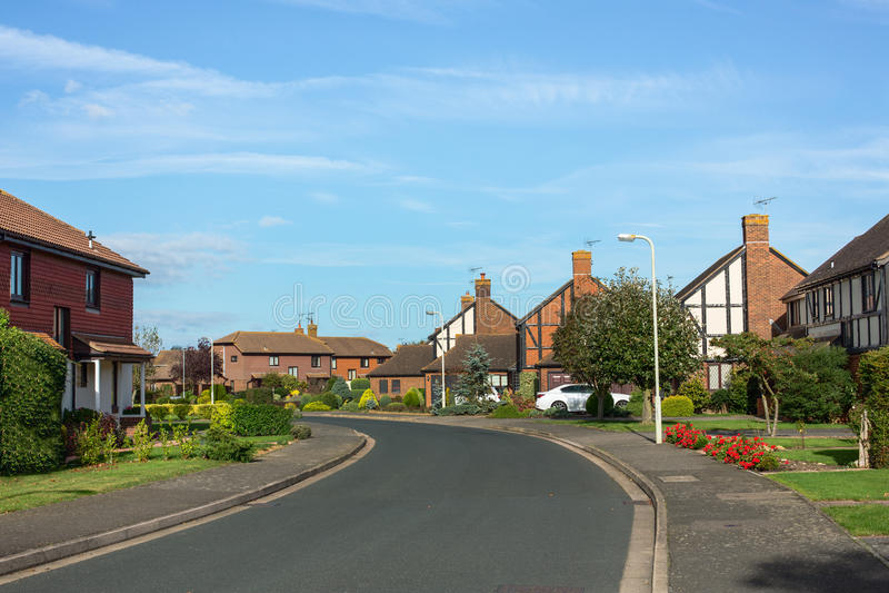 Casas em uma estrada no subúrbio imagem de stock