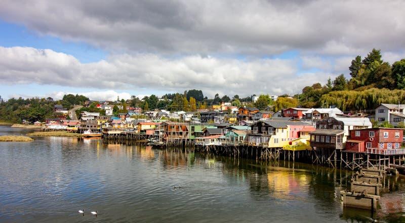 Casas en castro en la isla Chile de Chiloe conocido como palafitos imagen de archivo