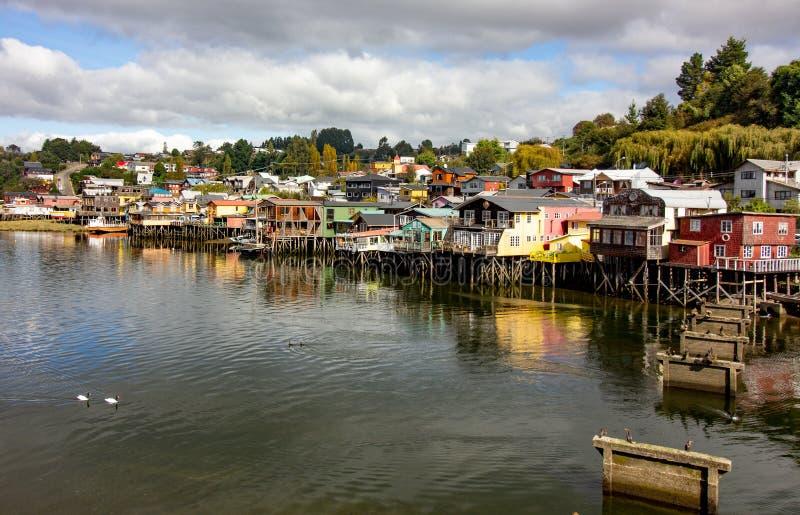 Casas en castro en la isla Chile de Chiloe conocido como palafitos fotos de archivo