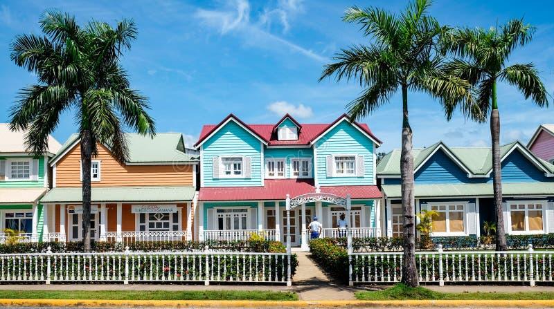 Casas en colores pastel hermosas en Samana imagenes de archivo