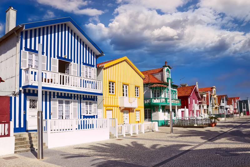 Casas en Costa Nova, Aveiro, Portugal foto de archivo
