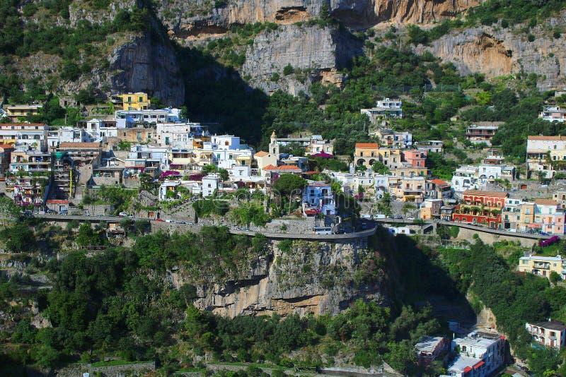 Casas en el acantilado en la costa de Amalfi imagen de archivo