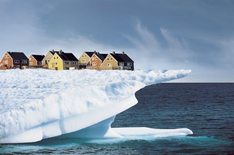 Casas en el borde del acantilado del hielo foto de archivo
