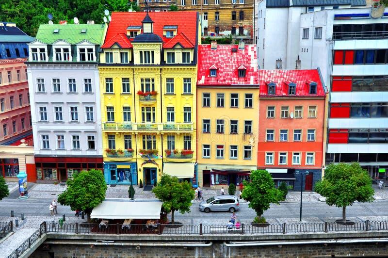 Casas en el centro de ciudad de la ciudad famosa del balneario de Karlovy VaryCarlsbadThe en Bohemia occidental fotos de archivo libres de regalías