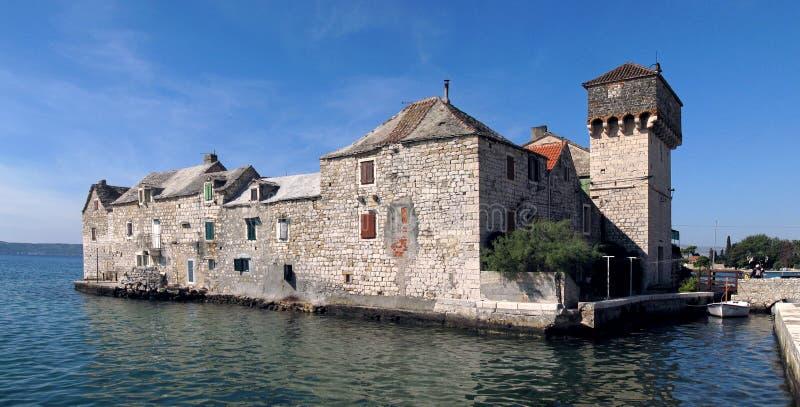 Casas en el mar en Kastel Gomilica foto de archivo