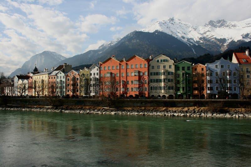 Casas en la ciudad histórica Innsbruck en el Tirol imágenes de archivo libres de regalías