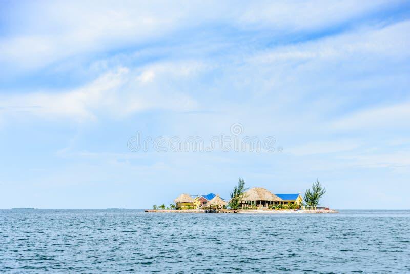 Casas en la isla minúscula, Placencia, Belice, foto de archivo libre de regalías