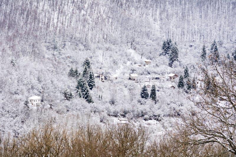Casas en la montaña hermosa del invierno fotos de archivo