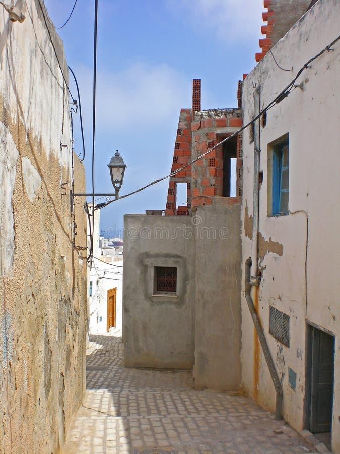 Casas en las calles estrechas en suss t nez fotos de for Casas estrechas