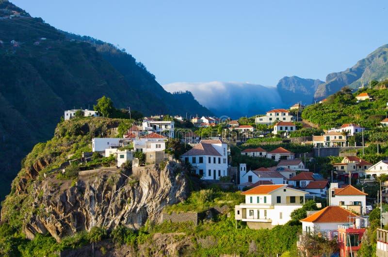 Casas en las colinas cerca de Ribeira Brava, Madeira, Portugal fotografía de archivo libre de regalías