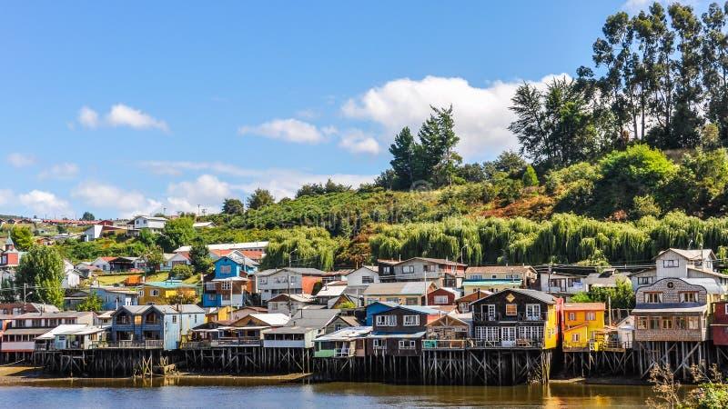 Casas en las columnas de madera, isla de Chiloe, Chile imágenes de archivo libres de regalías