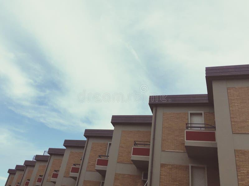 Download Casas en orden imagen de archivo. Imagen de cielo, detalle - 100532509