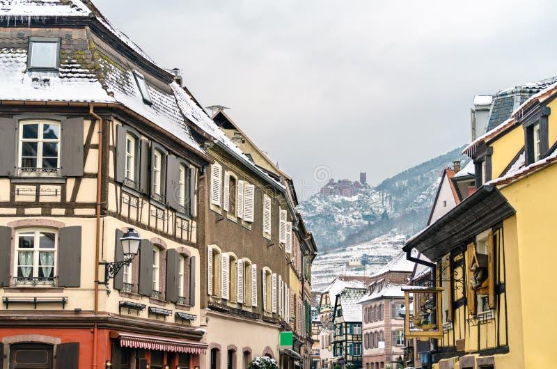 Casas en Ribeauville y el santo Ulrich Castle en las montañas de los Vosgos Alsacia, Francia imágenes de archivo libres de regalías