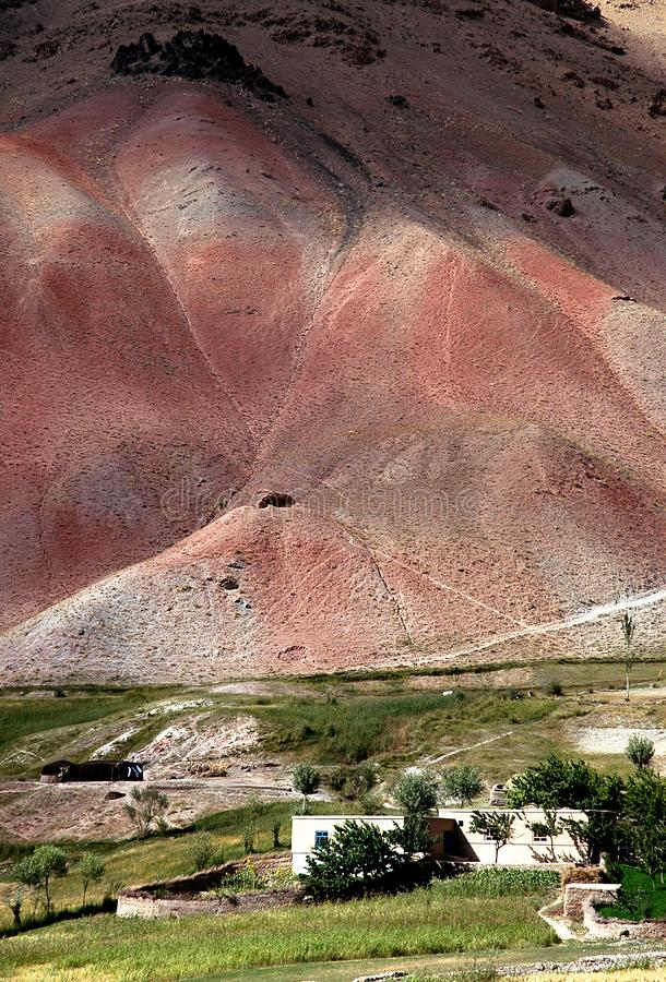 Casas en un pequeño pueblo entre Chaghcharan y el Minaret de la Jamón en Afganistán imagen de archivo libre de regalías