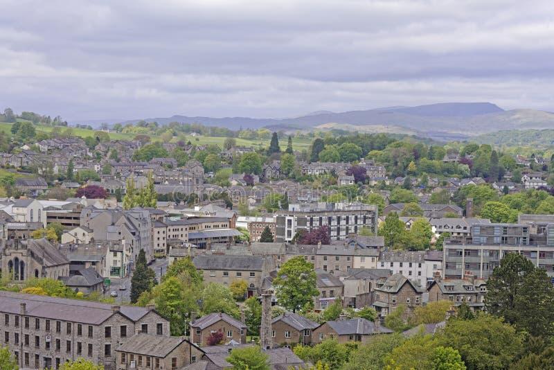 Casas en una colina en Kendal Cumbria fotos de archivo