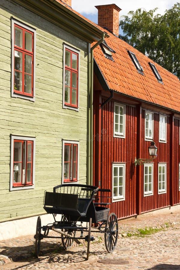 Casas escandinavas típicas da madeira. Linkoping. Suécia imagens de stock royalty free