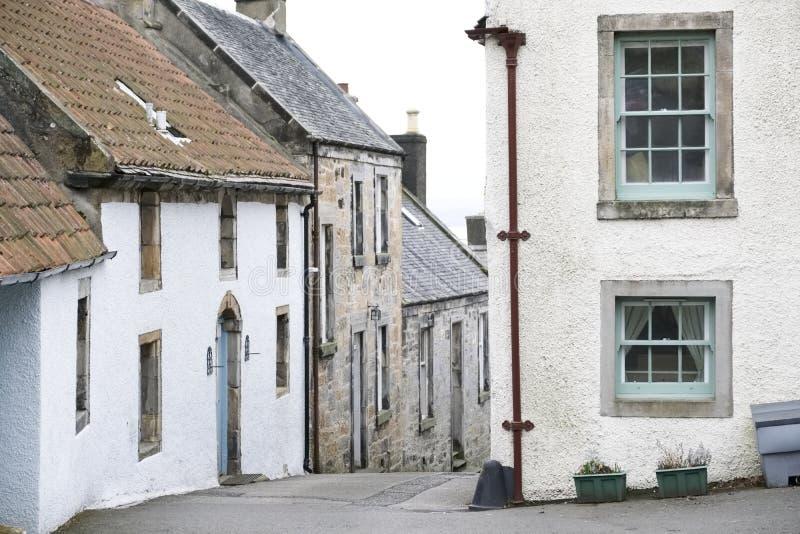 Casas escocesas del pueblo del fife de Culross en cuesta escarpada del camino imágenes de archivo libres de regalías