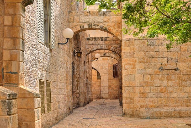 Casas estreitas da rua e do stonrd no quarto judaico no Jerusalém. foto de stock