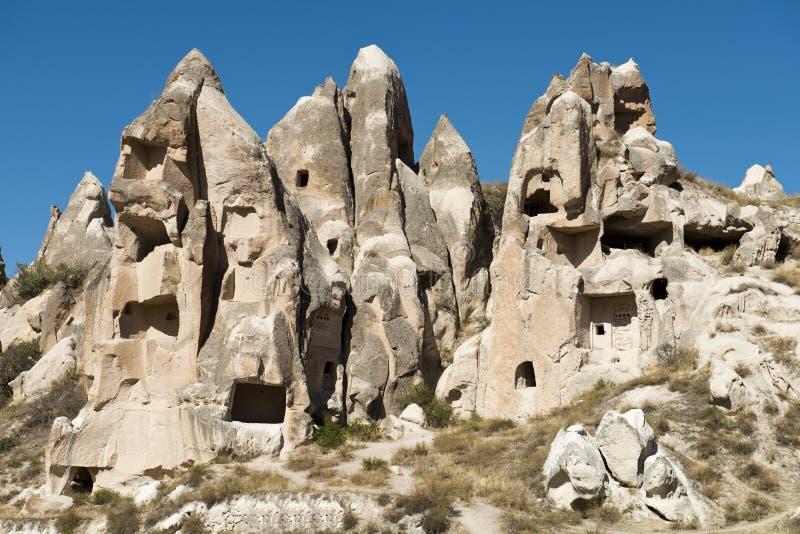 Casas feericamente da chaminé, curso a Cappadocia, Turquia fotografia de stock